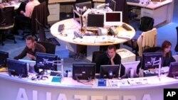 Wafanyakazi wa Al Jazeera wakiandaa habari kutoka studio za Doha, Qatar