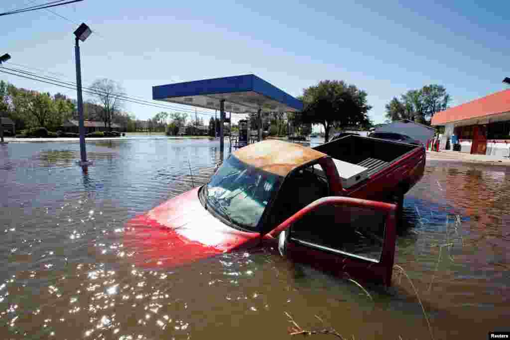 Carro abandonado depois do furacão Matthew em Lumberton, na Carolina do Norte.