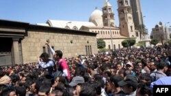 Egipćani ispred glavne koptske katedrale u Kairu