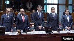 23일 벨기에 브뤼셀에서 열린 유럽연합 정상회의에서 정상들이 최근 지중해 난민선이 전복되면서 숨진 희생자들을 위해 묵념하고 있다.