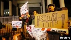 Biểu ngữ phản đối TPP trong cuộc biểu tình chống thỏa thuận TPP trước Quốc hội Chile ở thành phố Valparaiso, Chile, ngày 6/6/16.