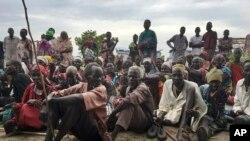 Des Sud-soudanais, déplacés par le conflit qui sévit depuis fin 2013, à l'extérieur d'un camp protégé par l'ONU, à Bentiu, au Soudan du Sud, le 18 juin 2017.