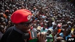 Robert Kyagulanyi, mieux connu sous le nom de pop star Bobi Wine, lors d'une sortie à Kibera, à Nairobi, au cours de sa visite de cinq jours au Kenya.