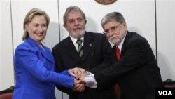 Hillary Clinton dan Presiden Brazil, Lula da Silva (tengah). Lula telah menawarkan untuk menjadi mediator sengketa nuklir Iran dengan negara-negara Barat.