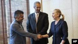 Sekretè Deta Hillary Rodham Clinton (adwat) ap rankontre ak kèk militan siryen nan Istanboul, Tiki -- 11 out 2012.