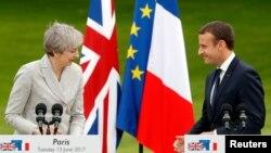 Presiden Perancis Emmanuel Macron (kanan) bersama PM Inggris Theresa May saat bertemu di Istana Elysee, Paris, Perancis, 13 Juni 2017. (Foto: dok).