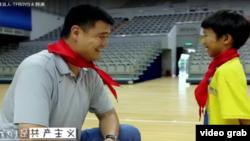 在中国共青团一个宣传MV里的一个镜头,中国著名运动员姚明和中国少先队队员都佩戴红领巾。这个MV邀请包括姚明、韩庚和TFBOYS在内的多位体坛、乐坛名人出镜,翻唱《我们是共产主义接班人》(视频截图)
