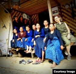 Melanie bersama para penenun Badui (courtesy: Melanie).