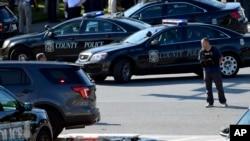 جائے واقعہ پر پولیس کی گاڑیاں موجود ہیں۔