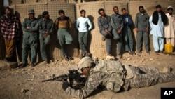 Американский инструктор проводит занятия с будущими афганскими полицейскими.