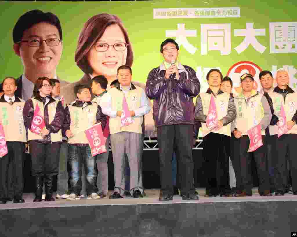民进党推出的代表台北市士林大同区的立委候选人姚文智(中间手持麦克风者)及其支持者。