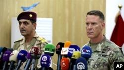 Kolonel Angkatan Darat AS, Ryan Dillon, juru bicara pasukan koalisi pimpinan Amerika melawan militan ISIS dan Juru Bicara Angkatan Bersenjata Irak Jenderal Yahyah Rasul mengadakan konferensi pers di Baghdad, Irak, Kamis, 21 September 2017.
