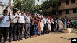 알카에다 연계 조직에 살해된 방글라데시 성소수자 인권운동가 줄하즈 만난의 장례식이 26일 다카에서 열렸다.