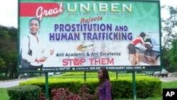 Une pancarte à l'université de Benin City encourageant les jeunes à lutter contre la prostitution et la traite d'être humain, Nigeria, 9 septembre 2006.