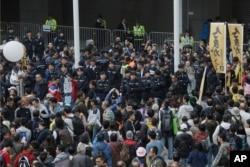 1일 홍콩의 정부 청사 앞에서 중국 정부의 간섭을 규탄하는 시위가 벌어졌다.