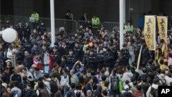 Cảnh sát vây quanh người biểu tình tại trụ sở chính quyền Hồng Kông vào ngày đầu năm 2018.