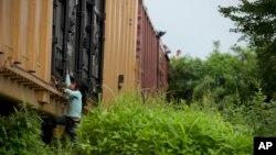 一名墨西哥非法入境美國兒童正在攀爬上火車(資料圖片)