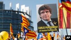 Dîmeneke ji xwepêşandana li ber parlementoya Ewrupa ya bo piştvanîya sîyasetvanên Katalan (Arşîv)