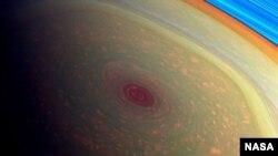 La imagen del huracán fue captada por la nave espacial Cassini, que orbita Saturno desde 2004.