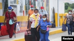 Personas autorizadas por razones humanitarias llegan por el puente internacional Simón Bolívar desde Cúcuta, Colombia. Octubre 4, 2021.