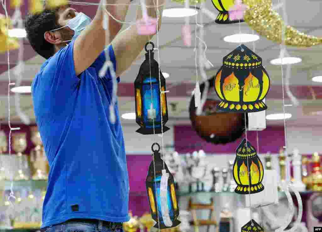 مشرقِ وسطیٰ کے کئی ممالک میں رمضان کے استقبال کے لیے بازاروں اور گھروں پر روایتی 'فانوس' لگائے جاتے ہیں۔
