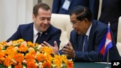 Russian Prime Minister Dmitry Medvedev listens to Cambodian Prime Minister Hun Sen, right, during documents signing ceremony in Phnom Penh, Cambodia on Tuesday, Nov. 24, 2015. (Dmitry Astakhov/Sputnik, Government Pool Photo via AP)