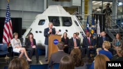 El director de la NASA, Charles Bolden, presenta a los nuevos astronautas.