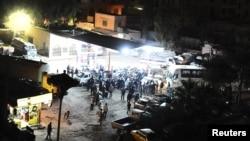 Quelques personnes attendent de s'approvisionner en essence dans une station près de Damas, Syrie (Archives)