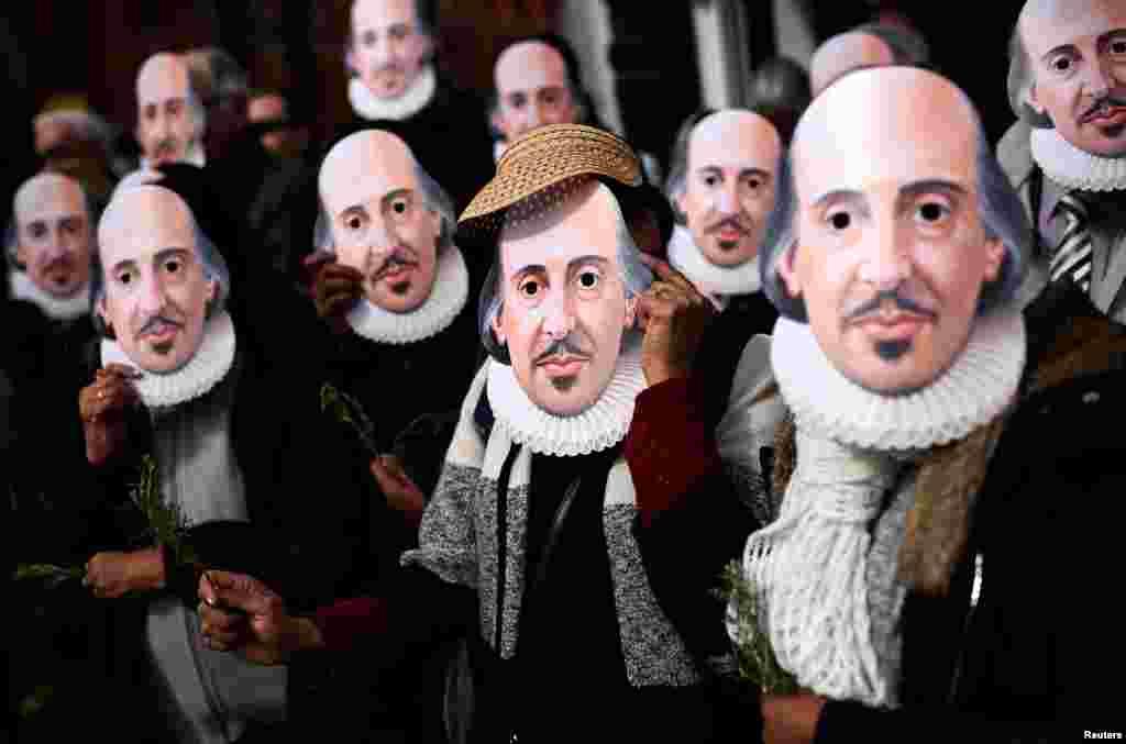 Pessoas mascaradas de William Shakespeare's celebram o quarto centenário do nascimento do dramaturgo na sua terra natal, Stratford-Upon-Avon.