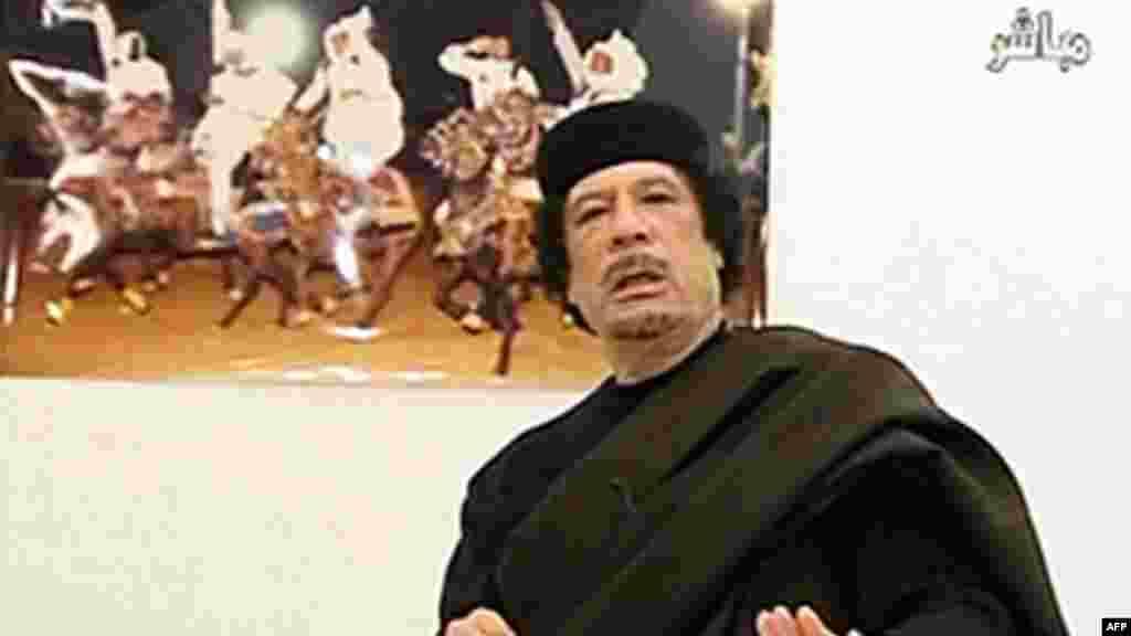 L'ancien chef de l'Etat libyen Mouammar Kadhafi parle lors d'un discours, le 30 avril 2011.