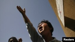 An ethnic Hazara Shi'ite Pakistani Muslim shout slogans while condemning the killings of relatives outside a hospital, where their bodies are located, in Quetta, September 1, 2012.
