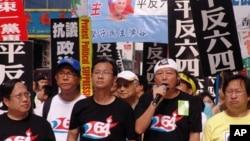 支聯會主席李卓人(左三)、副主席蔡耀昌(左二)