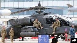 Helicóptero Apache AH-64D fabricado por la Boeing, similar al que se estrelló el miércoles por la noche en Tennessee.