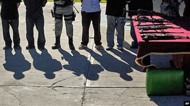Suspected members of Sinaloa drug cartel and weapons are presented to the media in Tijuana, Mexico, January 20, 2011 (file photo)