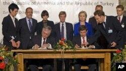 Ermenistan Dışişleri Bakanı Edward Nalbandyan ve Dışişleri Bakanı Ahmet Davutoğlu, Kasım 2009'da iki ülke arasındaki ilişkilerin normalleştirilmesini öngören protokollere imza atarken