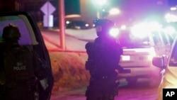 Oficiales de policía vigilan el área alrededor de la mezquita que fue blanco de un tiroteo el domingo, 29 de enero, de 2017. (Francis Vachon/The Canadian Press via AP)