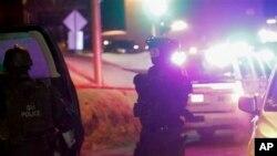 Des policiers a proximité d'une mosquée attaquée a Quebec City, le 29 janvier 2017.