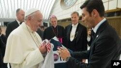 El ex futbolista Javier Zanetti (der.) entrega camisetas al papa Francisco antes del Partido por la Paz jugado en Roma.