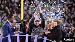 미국 프로 미식축구 결승전인 '슈퍼볼'에서 시애틀 시호크스가 창단 후 첫 우승을 차지했다. 폴 앨런 구단주(가운데) 우승 트로피를 들어올렸다.