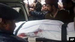 مقتول وفاقی وزیر شہباز بھٹی کی لاش کو اسلام آباد کے ایک اسپتال سے لے جایا جارہا ہے۔ 2 مارچ، 2011