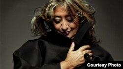 លោកស្រី ហ្សាហា ហាឌីដ (Zaha Hadid) ស្ថាបត្យករដ៏ល្បីល្បាញជាតិអង់គ្លេសដើមកំណើតអ៊ីរ៉ាក់ ជាអ្នកគូសប្លង់អគារវិទ្យាស្ថានស្លឹករឹត។ (រូបថតផ្តល់ឲ្យដោយ Steve Double)