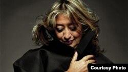 លោកស្រី ហ្សាហា ហាឌីដ (Zaha Hadid) ស្ថាបត្យករគូសប្លង់អគារវិទ្យាស្ថានស្លឹករឹត។ (រូបថតផ្តល់ឲ្យដោយ Steve Double)