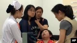 中国加紧搜救船难幸存者