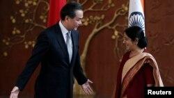 王毅(左)與蘇希瑪史瓦拉吉(右)在會談前