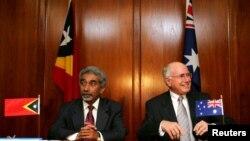 Thủ tướng Australia John Howard (phải) và nhân vật đồng nhiệm Đông Timor Mari Alkatiri tại buổi lễ ký hiệp định khung về khai thác mỏ dầu khí Greater Sunrise, 12/1/2006.