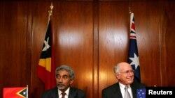 Dalam arsip foto, Perdana Menteri Australia John Howard (kanan) dan Perdana Menteri Timor Leste di Sydney menunggu acara penandatanganan Traktat Pengaturan Maritim Tertentu di Laut Timor, pada 12 Januari 2006, yang menjadi kerangka kerja untuk eksploitasi cekungan minyak dan gas Greater Sunrise. Selasa, 6 Maret 2018, kedua negara akhirnya menyetujui batas maritim dan pengembangan lapangan gas Greater Sunrise.(Foto:dok)