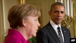 Le président américain Barack Obama parle aux cotés de la Chancellière allemande Angela Merkel lors d'une conférence de presse à la Maison Blanche, à Washington,le 9 février 2015.