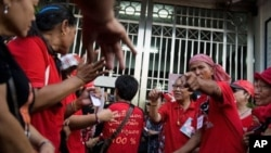 "Demonstran anti-pemerintah ""Red Shirts"" di depan gerbang penjara Bangkok. (Foto: Dok)"
