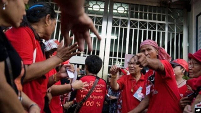 Thai ''Red Shirts'' anti-government protesters gather in front of the gate of the Bangkok Remand prison, Bangkok. (File photo)