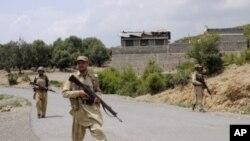 巴基斯坦军人周日在部落地区巡逻